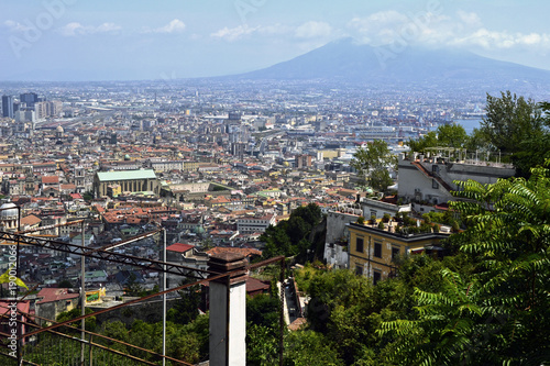 Deurstickers Napels Panorámica de la ciudad Nápoles (Italia), con el volcán Vesubio de fondo.