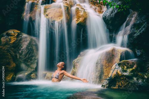 Wellness spa wodospad kobieta z otwartymi ramionami w wolności relaksu w przyrodzie wodospad. Relaks w tropikalnym raju. Wakacje na Hawajach.