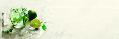 selbst-gemachte-kalklimonade-mit-gurke-rosmarin-und-eis-weiser-hintergrund-kaltes-getrank-entgiftungswasser-exemplar-banner