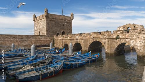 Fotobehang Marokko Essaouira Marokko Fischerort mit Booten und portogiesischer Festung Panorama