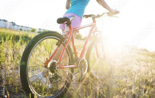 Młoda dziewczyna z sportów rowerem w świetle słonecznym