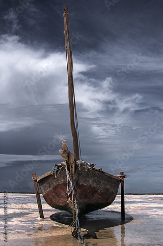 Papiers peints Zanzibar Moody Skies fishing dhow