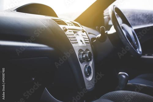 Radio samochodowe i system powietrza, przycisk na desce rozdzielczej w panelu samochodu
