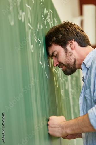Student ärgert sich über Mathe Aufgabe