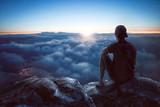 Junger Mann mit weitem Blick über die Wolken - 190149688
