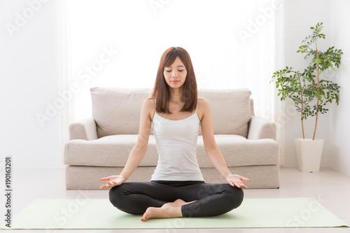Fotobehang School de yoga 家でエクササイズをする女性