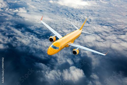 pomaranczowy-samolot-w-locie-samolot-pasazerski-leci-na-duzej-wysokosci-nad-chmurami