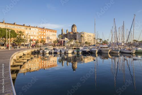 Saint-Raphaël, le vieux port et la Basilique Notre-Dame de la Victoire, Var