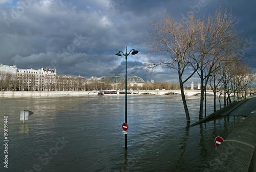 Tuinposter Parijs Quai de la Seine inondée près du pont Alexandre III à Paris