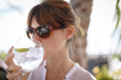 mujer joven bebiendo gintonic
