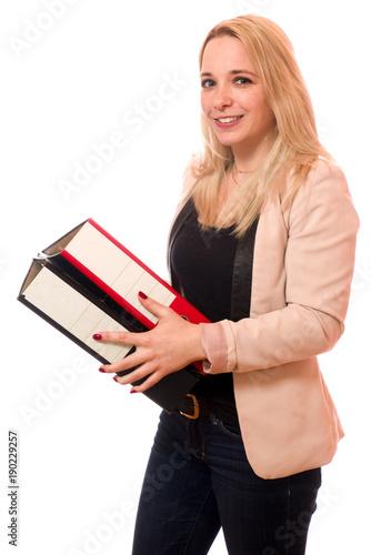 Junge Frau mit Aktenordnern