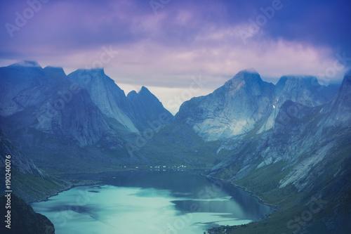 piekna-natura-w-zimnych-barwach-arktyczna-sceneria-lofoten-wyspy-norwegia