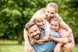 Leinwanddruck Bild - Glückliche Familie in der Natur