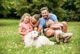 Harmonische Familie mit Hund - 190266693