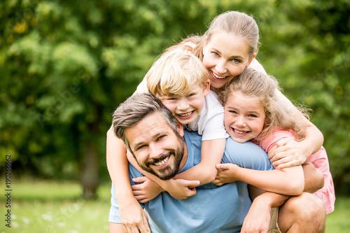 Leinwanddruck Bild Glückliche Familie in der Natur