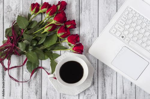 miejsce pracy kawa, kwiaty, laptop