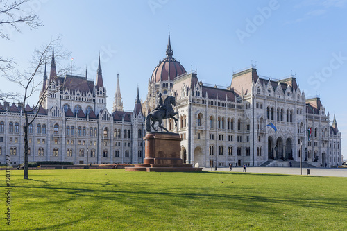 In de dag Boedapest the beautiful Hungarian Parliament building on the background of green grass and blue sky