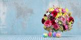 Bunter Blumenstrauß und Ostereier zu Ostern - 190392265