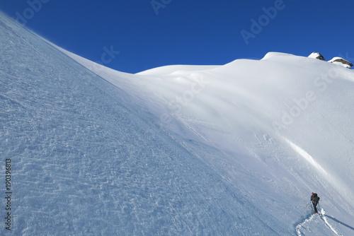 Papiers peints Bleu nuit Montagne en hiver sous la neige au lever du soleil