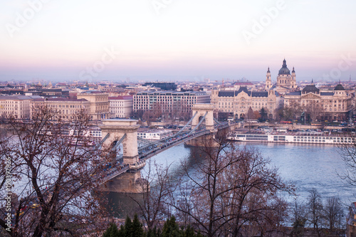 In de dag Boedapest The famous bridge in Budapest Hungary, and Danube river