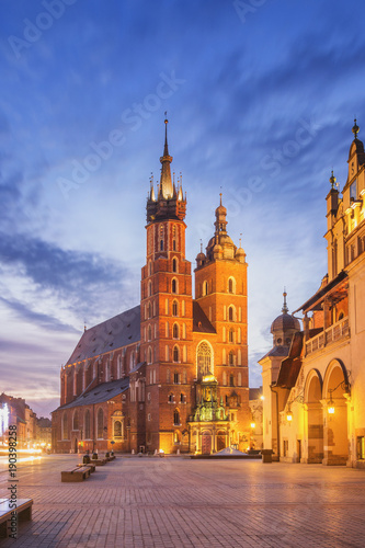 Foto op Plexiglas Krakau St Mary s Church at Main Market Square in Cracow, Poland