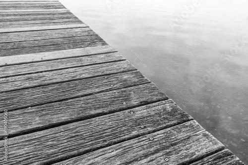 Holz platform - Steg am Wasser in schwarz weiss