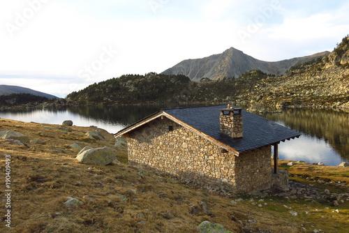 Foto op Plexiglas Wit Refuge de montagne au bord de l'eau