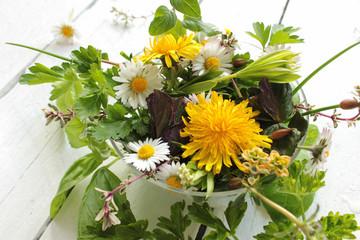Wildkräuter Salat essbare Blüten Blüte Blätter