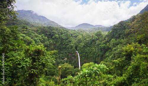 Wodospad La Fortuna (Catarata La Fortuna) przepływa przez bardzo gęstą dżunglę i spada na duży skalisty klif w pobliżu miasta La Fortuna i niedaleko Volcan Arenal w Kostaryce.