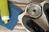 Sportschuhe, Handtuch, Trinkflasche und eine Waage beim Sport