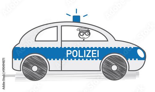 Polizist im Einsartz fährt mit Polizeiauto