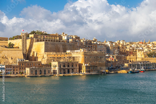Poster Oceanië View on Valletta, capital city of Malta from the Grand Harbour with docks, The Saluting Battery and Barakka Lift.