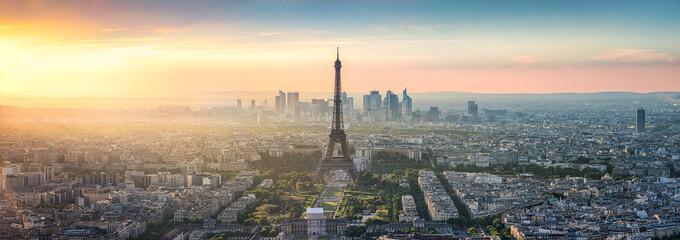 Paris Skyline Panorama bei Sonnenuntergang mit Eiffelturm © eyetronic