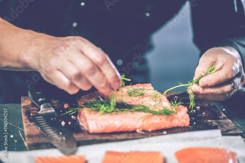Chef Koch in der Küche (Lachs Fisch gericht)