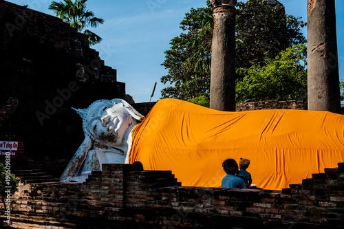 Fotobehang Boeddha Budda sdraiato nel tempio Wat Yai Chai Mongkol, Ayutthaya, Thailandia