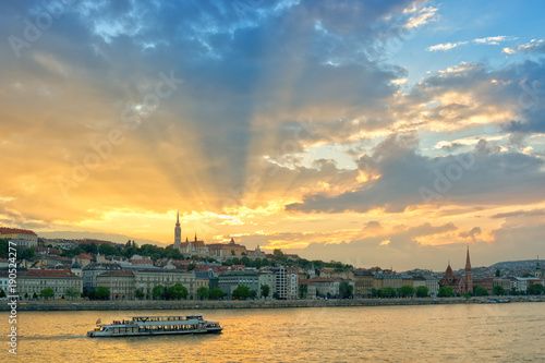 Foto op Aluminium Blauw Scenic sunset, sun rays through clouds. Danube river and Budapest city