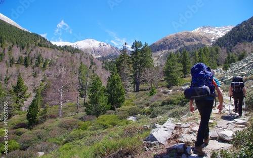 Fotobehang Grijs Randonneurs dans le massif du Canigou