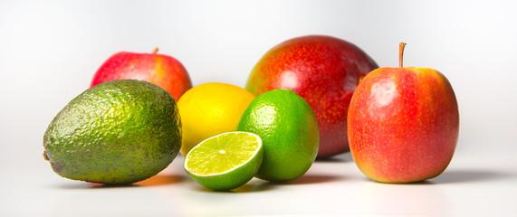Bunte Früchte im perfekten Licht auf Weiß