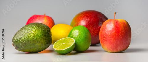 Świeże, kolorowe owoce