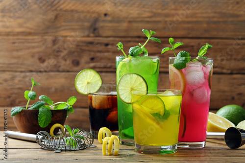 bunte-cocktails-hintergrund-vier-glaser-mit-alkoholischen-getranken