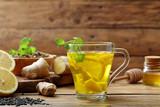 infuso di limone e zenzero su sfondo un bicchiere con bevanda calda - 190562227