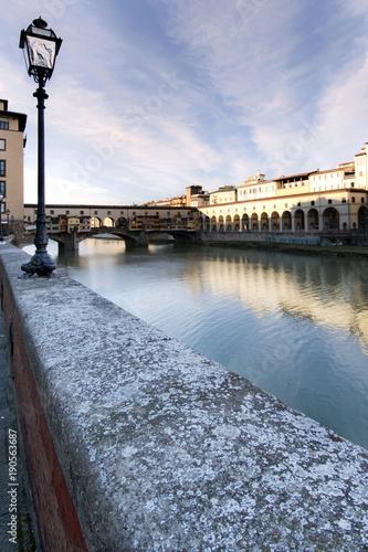 Foto op Plexiglas Florence Dalle sponde dell'Arno guardando Ponte Vecchio.