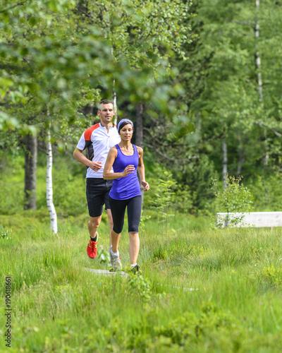 Fotobehang Hardlopen gemeinsam raus in die Natur zum Joggen