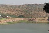 Вид с вершины скалы на рукотворный пруд Agastya в индийском городе Бадами - 190623699
