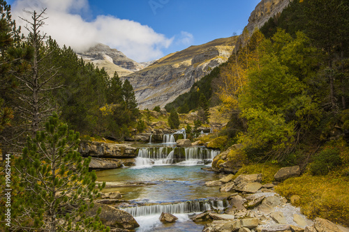 Fotobehang Bergrivier Otoño en los Pirineos