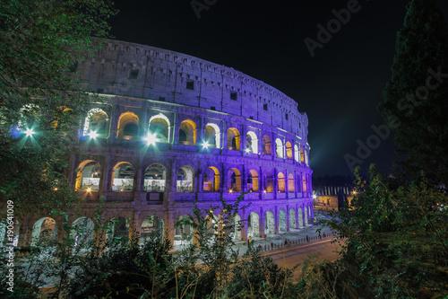 Deurstickers Rome Veduta del Colosseo illuminaato con luci bianche e blu di notte