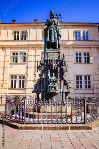 Fotobehang Praag Kreuzritter Platz bei der Karlsbrücke in der Prager Altstadt, Tschechische Republik