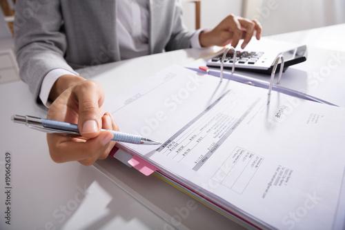 Przedsiębiorca Obliczanie rachunków w biurze