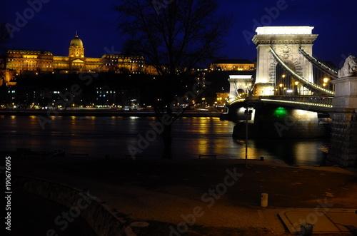 Foto op Canvas Boedapest ブタペストの鎖橋の夜景