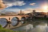 Die Ponte Pietra Brücke in Verona, Italien, bei Sonnenuntergang - 190684260